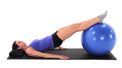 女人用健身球在家锻炼
